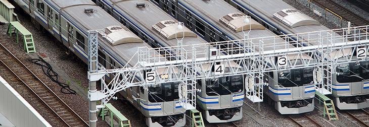 錦糸町駅付近に停車するJR総武快速線車両